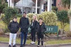 4 jeunes en Angleterre