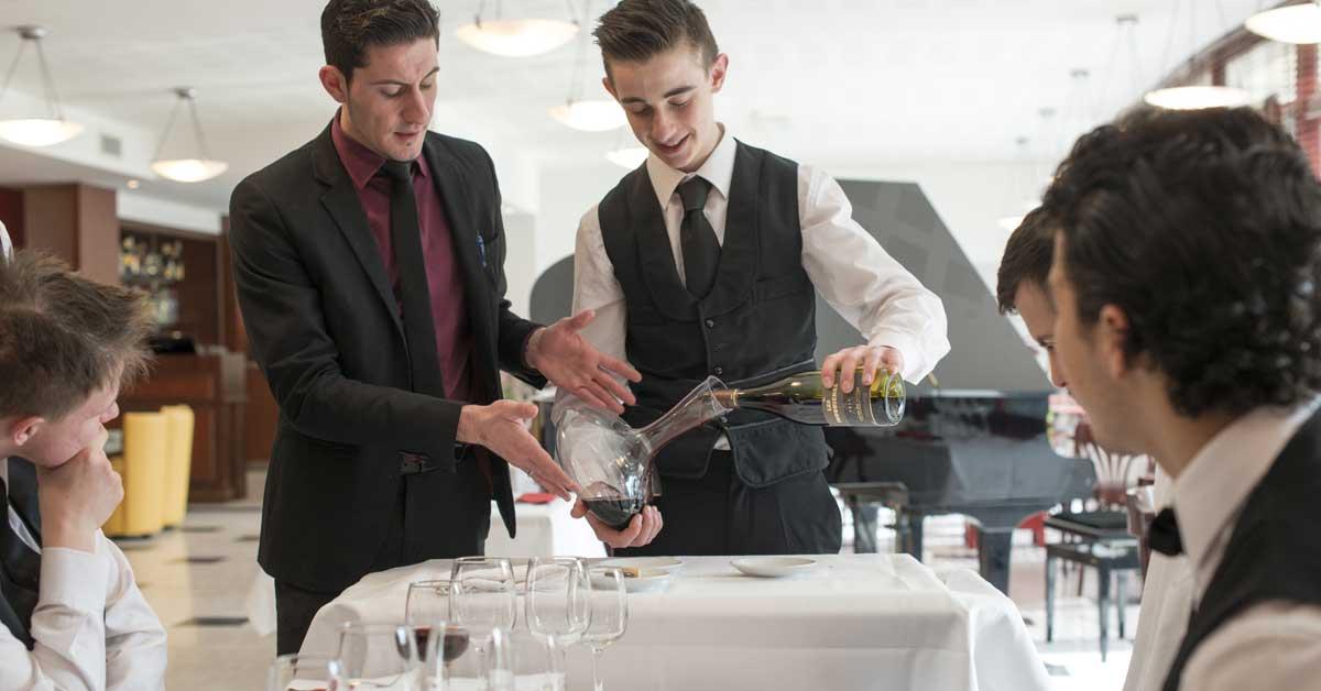 Présentation du vin aux clients du restaurant