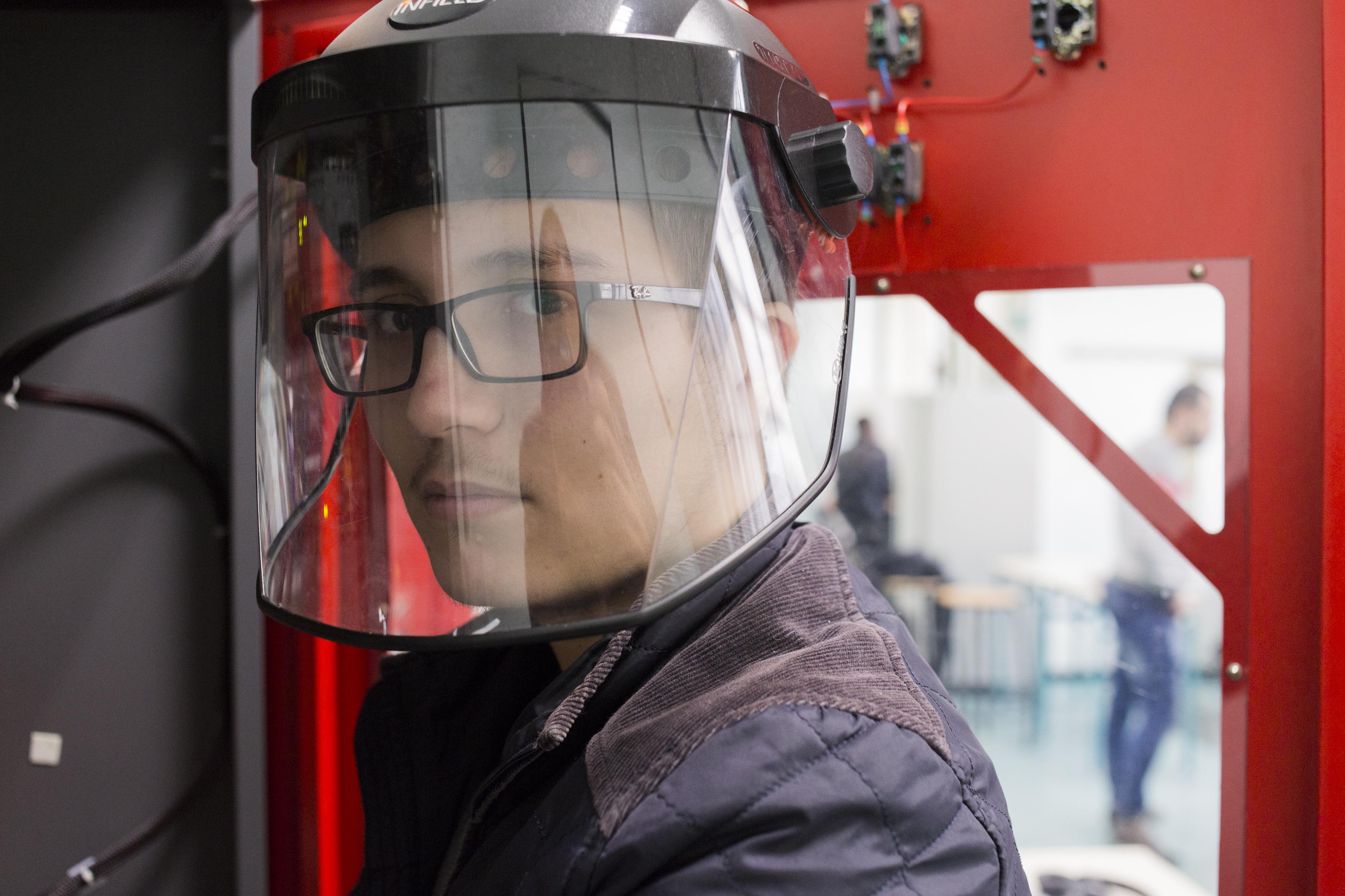 Jeune avec équipement de protection individuelle Bac Pro MELEC